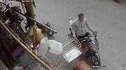 Thanh niên đi xe tay ga thản nhiên trộm chuồng chó