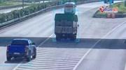 Xe bán tải tông 'bẹp đuôi' xe tải dừng 'thư giãn' trên cao tốc