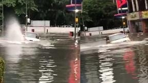 Khoảnh khắc 'xế hộp' suýt lật khi cố băng qua đường ngập nặng