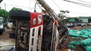 Xe tải đâm gãy cột điện khiến hai người thương vong, cả xã mất điện