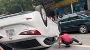 'Xế hộp' bị lật ngửa giữa đường, nữ tài xế may mắn thoát chết