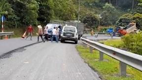 Tài xế xe cứu thương và 2 tài xế xe tải hỗn chiến trên quốc lộ