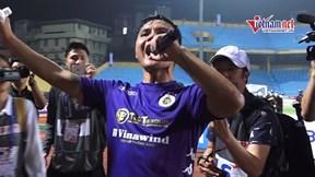 Ghi siêu phẩm giúp Hà Nội vô địch, Quang Hải cầm mic hò hét khắp sân