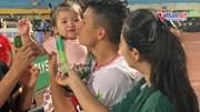 Bùi Tiến Dũng tặng HCB cho con gái, âu yếm hôn vợ 'đập tan' tin đồn rạn nứt