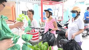 TP.HCM: Dân hào hứng đổ xô mang rác thải nhựa đổi lấy gạo