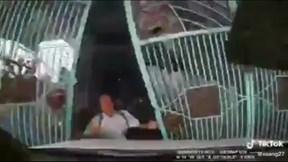 Khoảnh khắc con dâu nhầm chân ga tông bố chồng đang mở cổng
