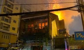 Nhà 2 tầng bốc cháy ngùn ngụt, khách ăn phở hốt hoảng bỏ chạy