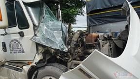 Xe container tông vào đuôi xe tải, tài xế kẹt cứng trong cabin vỡ nát