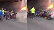 Dân dùng máy cắt giải cứu 2 người trong ô tô tông gầm cầu, bốc cháy dữ dội