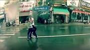 Va chạm nhẹ, hai người đàn ông 'quyết ăn thua' giữa phố bất chấp trời mưa