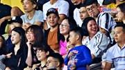 Mẹ Huỳnh Anh và mẹ Quang Hải cười rạng rỡ, thân thiết trên khán đài