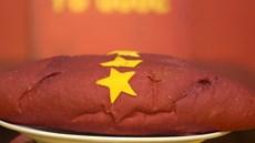 'Bánh mì Tổ quốc' sản xuất kỳ công hút giới trẻ Hà Thành