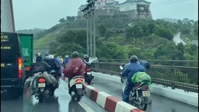 Gió giật mạnh, xe tải và xe khách cùng 'dìu' xe máy qua cầu Bãi Cháy