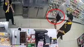 Nam thanh niên cầm dao vào cửa hàng tiện lợi đe dọa nhân viên để cướp tiền