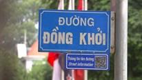 TP.HCM: Dân và du khách thích thú quét mã QR trên bảng tên đường