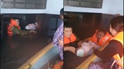 Khoảnh khắc bé sơ sinh được đội cứu hộ giải cứu từ ngôi nhà ngập tới nóc