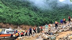 Vượt lũ vận chuyển người, lương thực lên thủy điện Rào Trăng 3