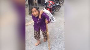 Ấm lòng hình ảnh cụ bà 'cõng' bao quần áo và mì tôm gửi ủng hộ miền Trung