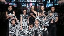 Ninh Dương Lan Ngọc catwalk cùng 7 con nuôi của Đỗ Mạnh Cường