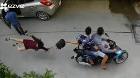 Bị cướp đi xe máy giật phăng túi xách, người phụ nữ ngã đau đớn