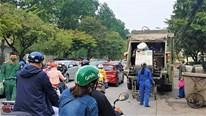 Rác thải ùn ứ ở HN: Bức xúc xe vận chuyển làm rơi, rò rỉ nước rác ra đường