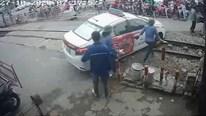 Cố đi qua rào chắn, taxi mắc kẹt giữa đường ray và màn giải cứu kịch tính