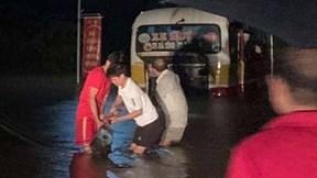 Lái xe vào đường ngập, xe buýt ở Hà Tĩnh suýt bị lũ cuốn trôi