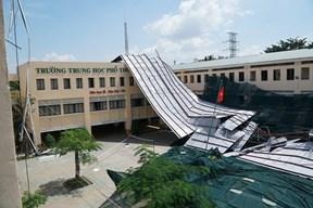 TP.HCM: Mưa lớn, giông lốc giật tung mái tôn, phá tan hoang trường học