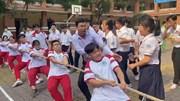 Thầy giáo trẻ gây sốt với màn cổ vũ kéo co 'máu lửa'