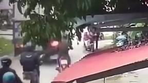 Người lớn bất cẩn, bé 1 tuổi rơi từ xe đạp xuống đường bị ô tô tải cán qua