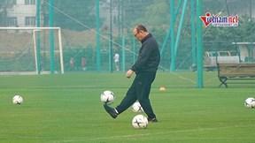 Thầy Park 'khoe tài' tâng và gắp bóng điêu luyện trong lúc chờ học trò