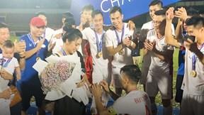 Bùi Tiến Dũng quỳ gối cầu hôn Khánh Linh ngay sau khi vô địch V-League