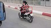 Bỏ cả 2 tay khi chạy xe máy qua cầu, người phụ nữ khiến cả phố chú ý