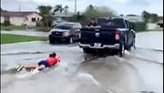 Cô gái 'tranh thủ' lướt ván khi bão Eta ''chết chóc'' đổ bộ Florida, Mỹ