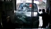 Xe buýt lao thẳng vào cụ ông ngồi trong nhà chỉ vì lỗi ngớ ngẩn của tài xế
