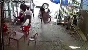 Giải cứu vợ bị bắt đưa lên ô tô, chồng đâm chết người