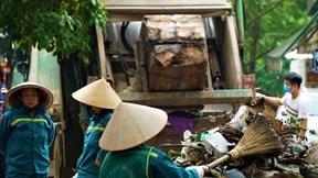 Công nhân rác đình công, cả một phường 'ngập trong mùi thối'