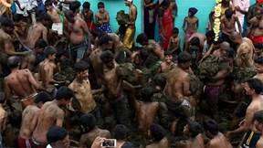Ấn Độ: Ném phân vào người nhau cầu mong phước lành, hạnh phúc