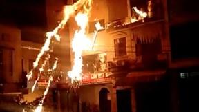 """Hà Nội: Ném """"bom xăng"""" sang nhà hàng xóm rồi cố thủ trong nhà"""
