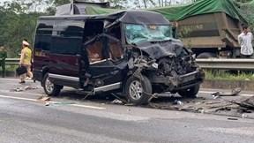 Xe Limousine tông đuôi ô tô đầu kéo trên cao tốc, 10 người bị thương