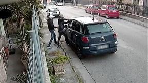 Chỉ 30 giây, chiếc ô tô 'bốc hơi' bởi nhóm trộm cắp chuyên nghiệp