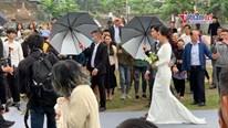 Viên Minh rạng rỡ bên Công Phượng tại tiệc cưới ở sân bóng làng