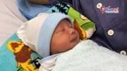 Em bé nằm cạnh khối u 'khổng lồ' chào đời an toàn