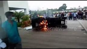 Hình ảnh 'nóng' công nhân đập phá nhà máy sản xuất iPhone ở Ấn Độ