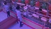 Tên cướp táo tợn nổ súng uy hiếp nhân viên tiệm vàng