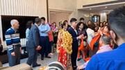 Cô dâu gây sốt khi được người thân đeo vàng trĩu cổ trong ngày cưới