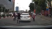 Ngán ngẩm với nữ tài xế đỗ xe giữa đường đông đúc rồi chạy đi đón con nhỏ