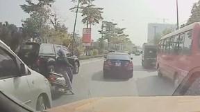 Nữ 'ninja' dừng xe giữa đường nghe điện thoại khiến giao thông ùn tắc