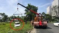 TP.HCM: Ô tô lao xuống mương, hai hành khách thoát chết