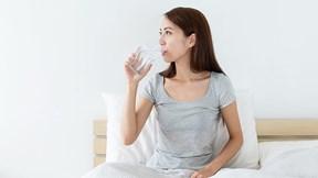 Cân đo lợi hại của việc uống nước trước khi đi ngủ